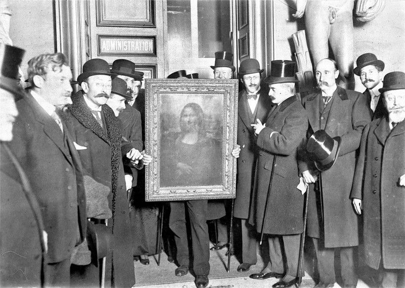 PARIS - JANUARY 4: People gather around the Mona Lisa painting on January 4, 1914 in Paris France, after it was stolen from the mus?e du Louvre by Vincenzo Peruggia in 1911.  (Photo by Roger-Viollet/Getty Images)